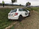 Aktuálně: Po nárazu byla Škodovka vymrštěna mimo komunikaci, dopravní nehoda omezuje provoz na Příbramsku