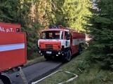 Desítky metrů požárních hadic natahovalo několik jednotek hasičů při požáru v Brdech