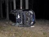 Aktuálně: Opilý muž ve vysoké rychlosti vylétl ze silnice a převrátil vozidlo na bok