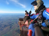 Na letišti v Dlouhé Lhotě překonali rekord, seskok s vozíčkářem téměř ze tří kilometrů a z balónu