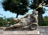 Neznámý vandal poškodil sochu v parku na Dobříši