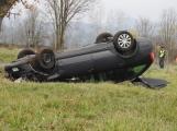 Aktuálně: Po střetu dvou vozidel skončila Octavia na střeše