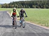 Nová cyklostezka je plná lidí. Přináší to radost i obavy