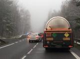 Aktuálně: Havárie cisterny a osobního vozu  zablokovala jízdní pruh u Jesenice