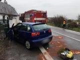 Aktuálně: Náraz automobilu do plotu si vyžádal zranění řidičky
