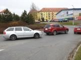 Aktuálně: Nehoda dvou vozidel komplikuje provoz na kruhovém objezdu u Alberta