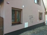 Neznámí vandalové poničili o víkendu tři auta a zdi dvou budov.