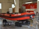 Profesionální hasiči z Dobříše dostali nový přívěs pro záchranný člun