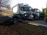Aktuálně: Po střetu tří vozidel policisté uzavřeli silnici. Na pomoc byl povolán vrtulník