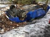 Aktuálně: Auto skončilo na střeše, řidiče ošetřují záchranáři