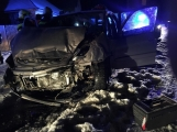 Aktuálně: Opilý řidič zdemoloval auto o dům, na místě přistává záchranářský vrtulník.