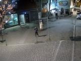 Video: Neznámý pachatel poškodil deskové obložení budovy České spořitelny