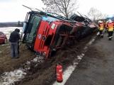 Aktuálně: Kamion převážející osobní vozy skončil na boku v příkopu
