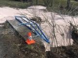 Aktuálně: Traktorista zdemoloval zábradlí, vysypal hnojivo a zaměstnal dvě jednotky hasičů