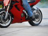 Nehoda motorkáře skončila jen lehkým zraněním