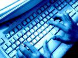 Policie obvinila dva muže kvůli podvodům na internetu