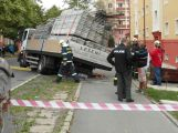U náměstí se propadl náklaďák s lešením, úsek je uzavřený (AKTUÁLNĚ)