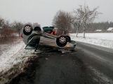Auto u Narysova skončilo po nehodě na střeše