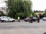 Čelní střet v Plzeňské komplikuje dopravu u kruhového objezdu