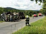Po nehodě skončil nákladní vůz s kompostem převrácený na boku