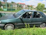 Řidička nezabrzdila vůz, ten skončil v rybníku