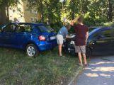 V Mariánské ulici se srazily dva vozy, jeden skončil na trávníku