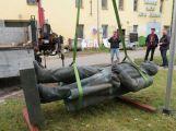 Socha Klementa Gottwalda byla včera odvezena z Příbrami