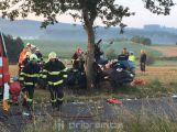Muž, který v úterý ráno narazil do stromu, zemřel v nemocnici