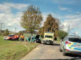 Vůz u Chotilska narazil do stromu, silnice je uzavřena