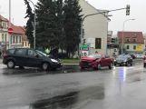Nad Jiráskovými sady se srazily dva vozy, řidičku odvezla sanitka