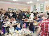 Přibližně 480 dětí dnes poprvé zasedlo do školních lavic