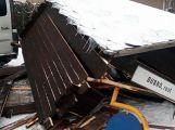 Špatně zajištěný vůz zničil autobusovou zastávku na Dubně