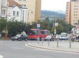 Porouchaný autobus komplikuje dopravu v centru