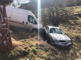 Dva vozy za Hluboší skončily v příkopu