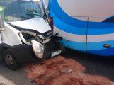 Nehoda autobusu a dodávky komplikuje dopravu u Milína