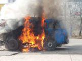 Zametací vozidlo technických služeb vzplálo v Obecnické ulici, ta je uzavřena