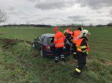 AKTUÁLNĚ: Poblíž Vrančic se otočilo auto přes střechu, řidič skončil v nemocnici