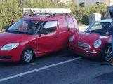 Nehoda dvou vozů v Rožmitálské ulici způsobuje dopravní kolaps