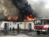 AKTUÁLNĚ: V Březnici hoří v objektu Technických služeb, hasiči hledají ohnisko požáru