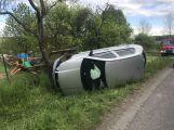 Osobní auto skončilo v Třebsku na boku, řidiče odvezla záchranná služba