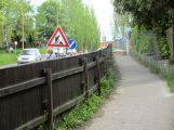 Stavba nového vjezdu do areálu policie uzavřela chodník v Žežické