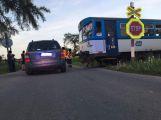 Srážka osobního automobilu s vlakem uzavřela silnici v Kosově Hoře