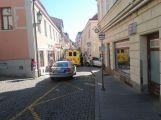 Osobní vůz srazil v Pražské ulici ženu, ta si poranila hlavu