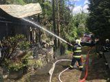 PRÁVĚ TEĎ: Hasiči likvidují požár dvou chat na Sedlčansku