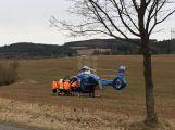 Opilá cyklistka havarovala, s těžkým zraněním jí transportoval vrtulník do nemocnice.