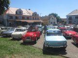 Náměstí v Petrovicích o víkendu zaplnily historické vozy a motorky