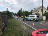 Střet osobního vozu s motorkářem uzavřel hlavní silnici v Bohutíně