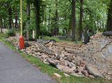 Hřbitovní zeď na Březových Horách se zřítila