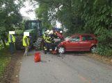 Pozor u Tušoviček, traktor zdemoloval osobní vůz