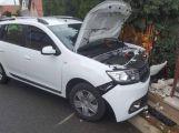 Právě teď: V Holšinách zdemoloval osobní vůz plot, řidiče odvezla sanitka
